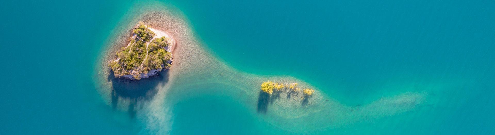 Serre-Ponçon offre des îlots et criques sauvages
